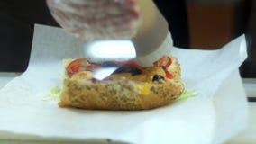 Preparando o sanduíche na loja de fast food Close up de video estoque