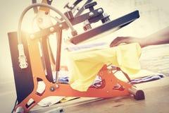 Preparando o t-shirt para imprimir na máquina de impressão da tela de seda imagens de stock