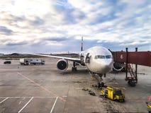 Preparando os aviões antes da carga do voo da bagagem imagens de stock royalty free