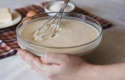Preparando pasta per i pancake immagini stock libere da diritti
