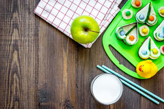 Preparando pasto veloce per lo scolaro Panini divertenti, latte, frutti sul copyspace di legno scuro di vista superiore del fondo Immagini Stock Libere da Diritti