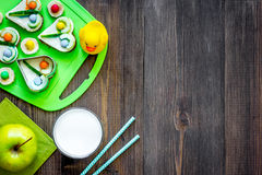 Preparando pasto veloce per lo scolaro Panini divertenti, latte, frutti sul copyspace di legno scuro di vista superiore del fondo Immagine Stock Libera da Diritti
