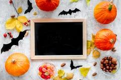 Preparando per Halloween Scrittorio nero per le note fra le zucche ed i pipistrelli sul modello grigio di vista superiore del fon Fotografia Stock