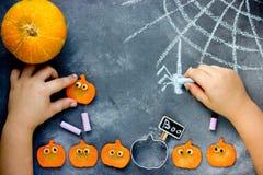 Preparando per Halloween - tiraggio del bambino con la ragnatela e lo spide del gesso fotografia stock libera da diritti