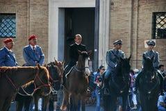 Preparando per il discorso del papa nel quadrato alla basilica di St Peter Fotografie Stock