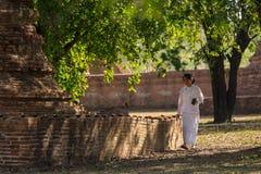Preparando per il giorno santo buddista Immagini Stock Libere da Diritti