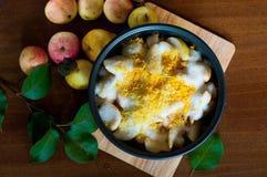 Preparando per l'inceppamento della mela di cottura in multivarka immagine stock libera da diritti