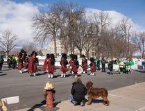 Preparando per la parata di giorno del ` s di St Patrick immagini stock