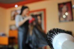 Preparando per metter in piegae capelli Fotografie Stock Libere da Diritti