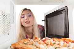 Preparando a pizza fotografia de stock