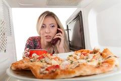 Preparando a pizza imagem de stock royalty free
