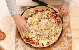 Preparando a pizza caseiro Fotos de Stock