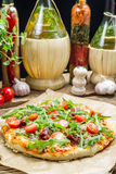 Preparando a pizza caseiro com presunto Foto de Stock