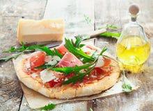 Preparando a pizza caseiro do presunto Fotos de Stock Royalty Free