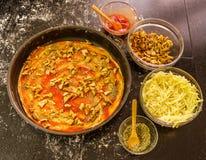 Preparando a pizza caseiro do vegetariano com queijo e cogumelos Fotografia de Stock