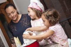 Preparando queques com mamã fotografia de stock