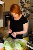 Preparando a salada Imagens de Stock