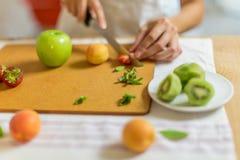 Preparando a salada de fruto Foto de Stock Royalty Free