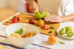 Preparando a salada de fruto Imagem de Stock Royalty Free