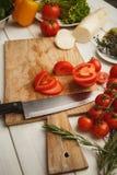 Preparando a salada do legume fresco na mesa de cozinha Fotografia de Stock