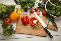 Preparando a salada do legume fresco na mesa de cozinha Foto de Stock Royalty Free