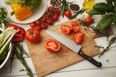 Preparando a salada do legume fresco na mesa de cozinha Imagem de Stock Royalty Free