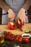 Preparando a salada do legume fresco na mesa de cozinha Imagens de Stock