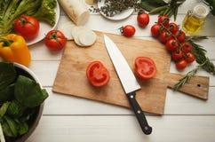 Preparando a salada do legume fresco na mesa de cozinha Foto de Stock