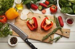 Preparando a salada do legume fresco na mesa de cozinha Imagens de Stock Royalty Free