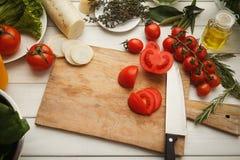 Preparando a salada do legume fresco na mesa de cozinha Fotografia de Stock Royalty Free