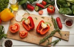 Preparando a salada do legume fresco na mesa de cozinha Fotos de Stock Royalty Free