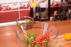 Preparando a salada fresca Fotos de Stock Royalty Free
