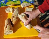 Preparando sanduíches para o petisco Imagem de Stock Royalty Free