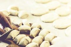 Preparando-se, cozinhando, fazendo riss?is fritados caseiros ou tortas com batata e feij?es fotografia de stock royalty free