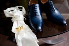 Preparando-se o noivo da noiva imagem de stock royalty free