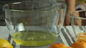 Preparando-se os ovos espumam para a musse de chocolate com geleia alaranjada filme
