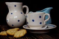 Preparando tè cinque in punto e pasticceria fotografie stock