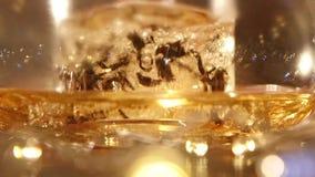 Preparando té de la hoja en calderas de cristal transparentes Cámara lenta metrajes