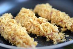 Preparando tiras da galinha Fotos de Stock