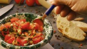 Preparando tomates desbastados para Bruschetta vídeos de arquivo