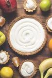 Preparando um bolo do fruto fotografia de stock royalty free