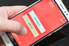 Preparando um bolso vermelho bonde em WeChat pelo ano novo chinês de galo Fotografia de Stock Royalty Free
