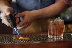 Preparando um cocktail Imagens de Stock Royalty Free