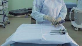 Preparando um instrumento cirúrgico video estoque