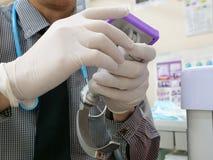 preparando um laringoscópio video para a intubação endotracheal fotografia de stock
