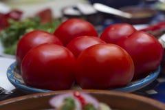Preparando uma refeição com tomates Imagens de Stock Royalty Free