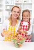 Preparando uma salada saudável Fotos de Stock Royalty Free