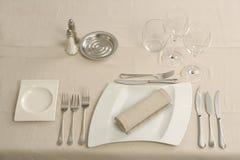 Preparando uma tabela em um restaurante Fotos de Stock Royalty Free