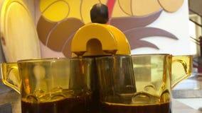 Preparando un caffè a casa per la prima colazione stock footage
