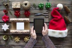 Preparando un regalo de los Años Nuevos en casa Fotografía de archivo libre de regalías